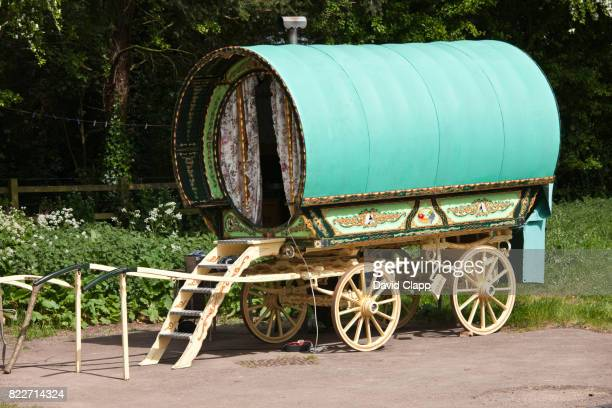 gypsy caravan, cotswolds, gloucestershire - gypsy caravan stock pictures, royalty-free photos & images