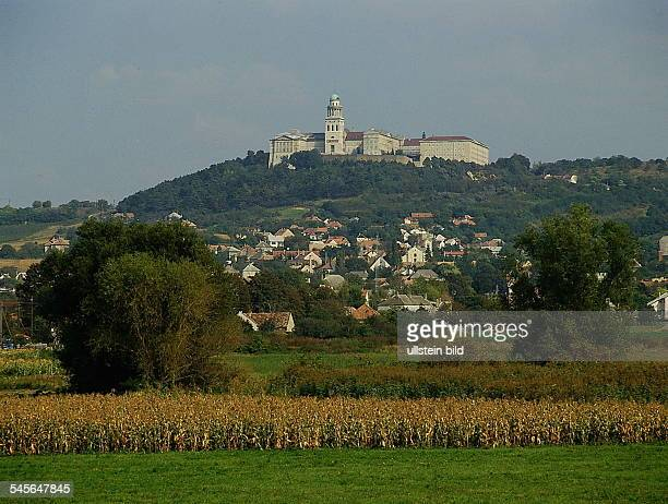 Landschaft mit Ortund Benediktiner Kloster oJ