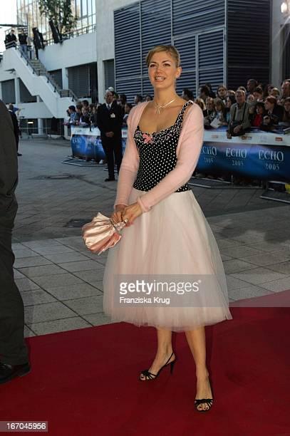GzszSchauspielerin Nina Bott Bei Der Ankunft Zur 14 Echo Verleihung Im Estrell Convention Center In Berlin