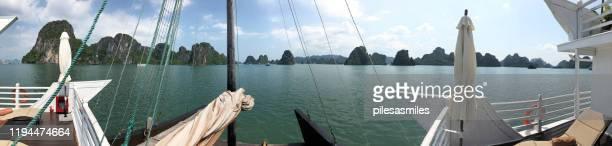 ha long bay panoramaansicht vom junk-schiffsdeck, nordvietnam - land in sicht stock-fotos und bilder