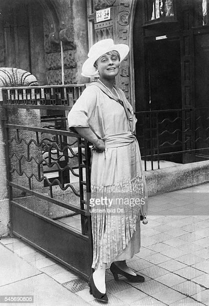 Haack Kaethe *11081897Schauspielerin D Ganzkoerperaufnahme in einem Nachmittagskleid mit Hut 1919erschienen Dame 22/1919Foto Zander Labisch