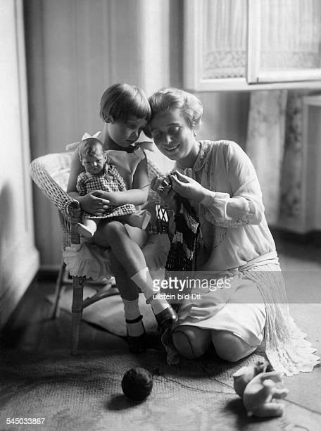 Haack Kaethe *11081897Schauspielerin D mit ihrer Tochter Hannelore Schroth undatiert Foto Haense Herrmann