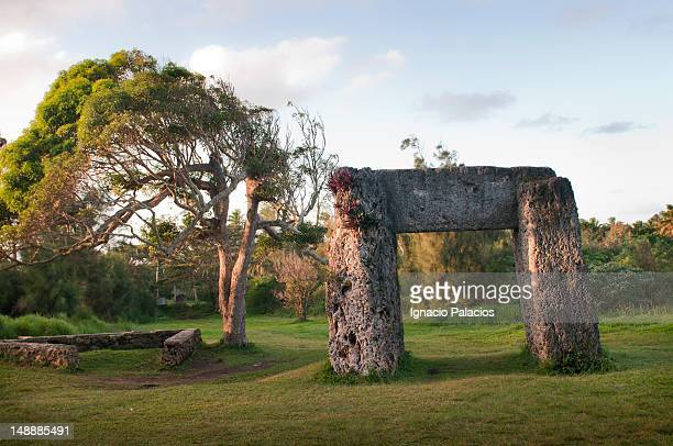 ha'amonga trilithon (the stonehenge of the south pacific) erected in 1200 ad. - tonga stock pictures, royalty-free photos & images