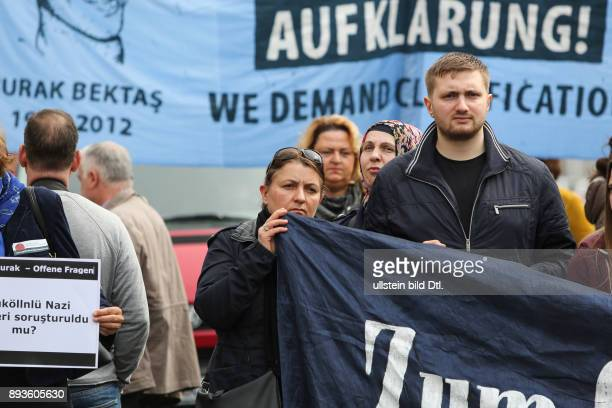 Die Mutter vom ermordeten Burak Bektas am Fronttransparent // The Mother of the murdered Burak Bektas in front of the banner Am haben in Berlin rund...