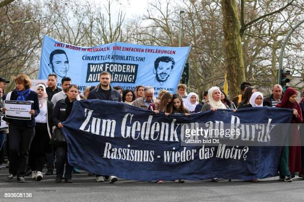 Demonstrationsspitze mit dem Fronttransparent 'Zum Gedenken an Burak Rassismus wieder das Motiv' // Protesters with the frontbanner 'In memory of...
