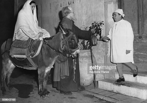 Habitants de Cabris petit village provencal interpretant a leur maniere une scene de la nativite ici Marie et Joseph a la recherche d'un gite sont...