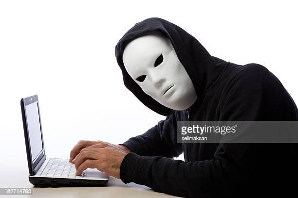Hacker Mann mit Maske und Schreiben auf Computer Kapuze