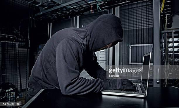 hacker operating in server rooms - pessoa irreconhecível imagens e fotografias de stock