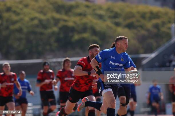 Hadleigh Parkes of Panasonic Wild Knights runs clear to score his team's try during the Top League match between NTT DoCoMo Red Hurricanes and...