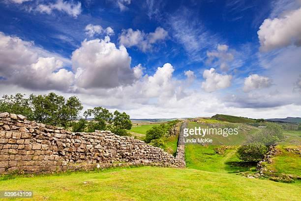 hadrians wall under a dramatic sky at walltown crags, northumberland, england, united kingdom - noordoost engeland stockfoto's en -beelden