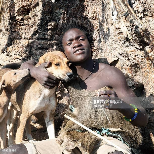 Hadzabe (ou Hadza) jovem bushman com cães