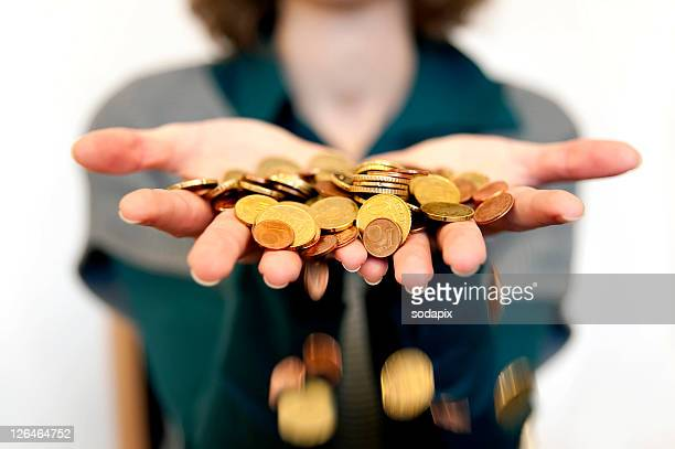 Haende lassen Geld durch die Finger gleiten