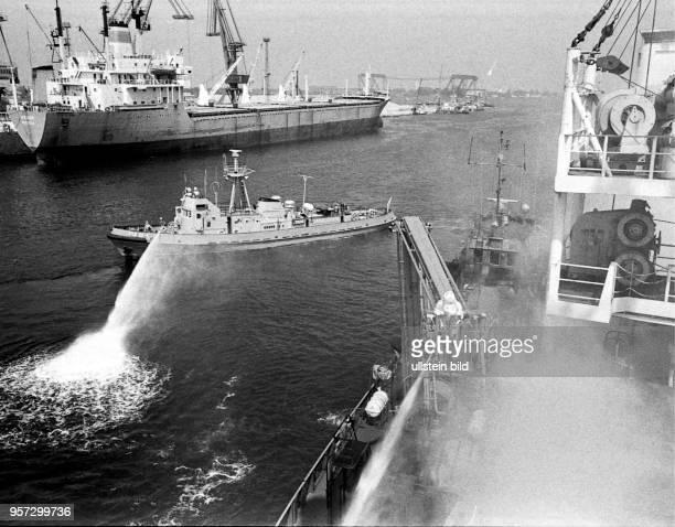 Hafen / Feuerwehr / Uebung / 1982 / Rostocker Hafenfeuerwehr / Nur eine Uebung Aber im Ernstfall waere die Rostocker Hafenfeuerwehr ebenfalls so...