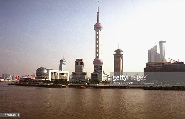 Hafen Shanghai Stadtteil Pudong Fluss Huangpu China Asien Reise Rundreise Skyline Orient Pearl Television Tower Funkturm Schiff Boot Hafenkran Kräne...