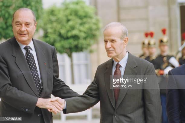Hafez el-Assad avec Jacques Chirac lors de sa visite officielle à Paris en France pour la première fois depuis 22 ans