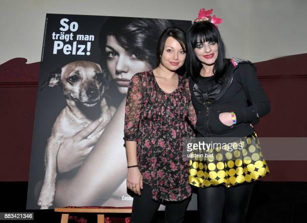 Hagen Cosma Shiva Schauspielerin D mit Mutter Nina Hagen bei der Praesentation ihres AntiPelzPlakates fuer die Tierschutzorganisation PETA