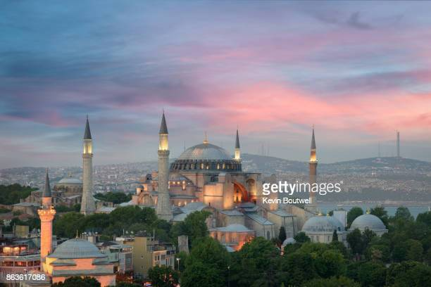 hagia sophia at dusk in istanbul - istanbul photos et images de collection