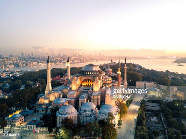 hagia sophia at morning twilight - istanbul photos et images de collection