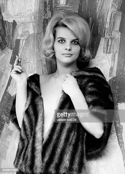 Hahn, Gisela - Actress, Germany*- Photographer: Gerd Kreutschmann- 1965Vintage property of ullstein bild