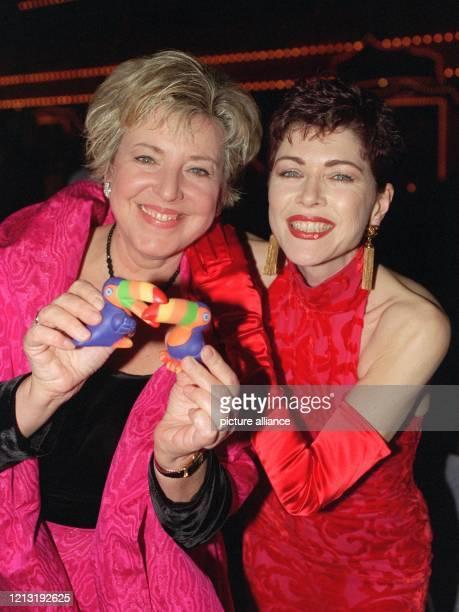 """Die Schauspielerinnen Marie-Luise Marjan und Anja Kruse haben beim """"Ball des Sports"""" am 6.2.1999 in Wiesbaden mit zwei Plastik-Tukanen ihren Spaß...."""