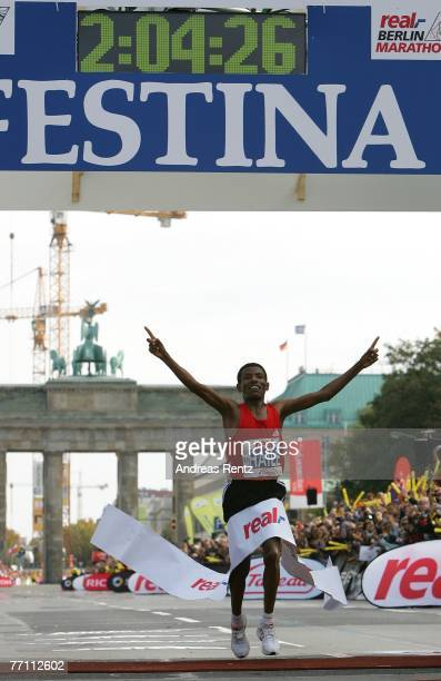 Haile Gebrselassie finishes the 34th Berlin Marathon with a new WR in 20426 hours on September 30 2007 in Berlin Germany