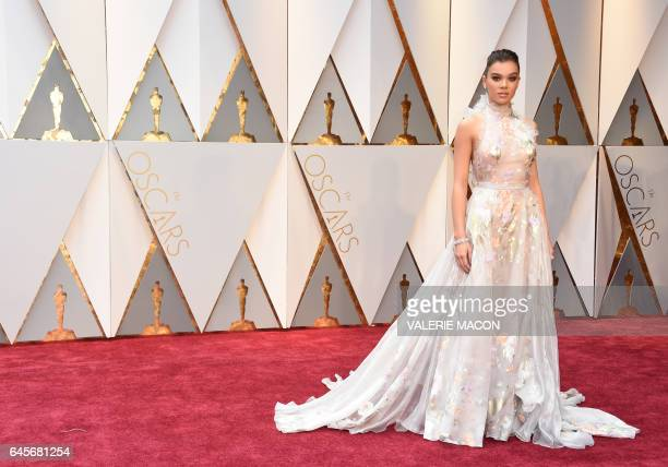 Hailee Steinfeld arrives on the red carpet for the 89th Oscars on February 26 2017 in Hollywood California / AFP / VALERIE MACON