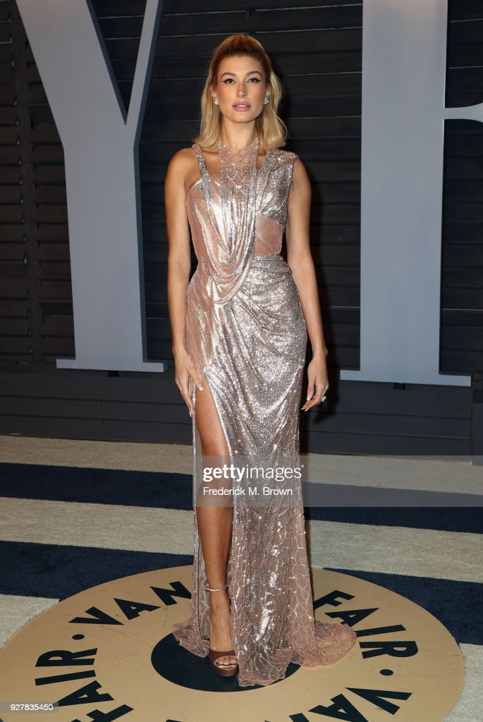 Hailey Baldwin attends the 2018 Vanity Fair Oscar Party hosted by Radhika Jones at Wallis Annenberg Center for the Performing Arts on March 4, 2018 in Beverly Hills, California.