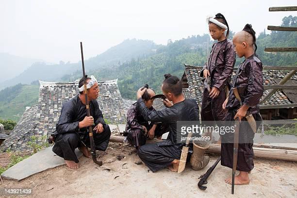 coupe de cheveux - province du guizhou photos et images de collection