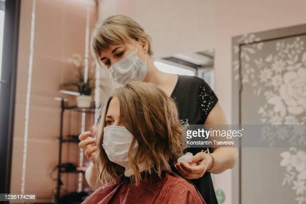 hair cutting during pandemic - salon de coiffure photos et images de collection