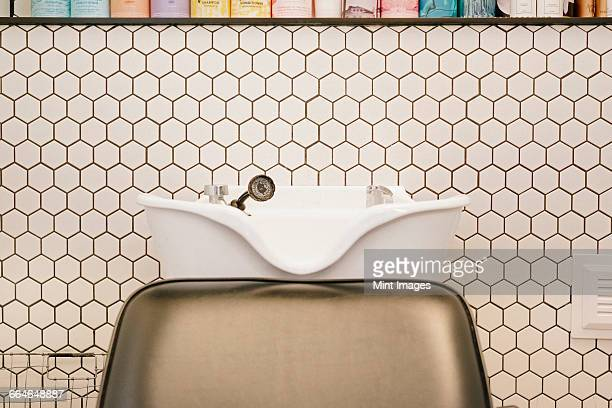 a hair salon hair washing basin and chair. - 美容室 椅子 ストックフォトと画像