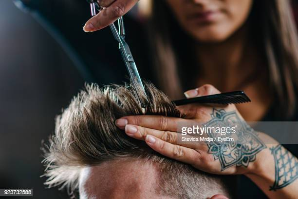 hairdresser cutting man hair at salon - friseurberuf stock-fotos und bilder