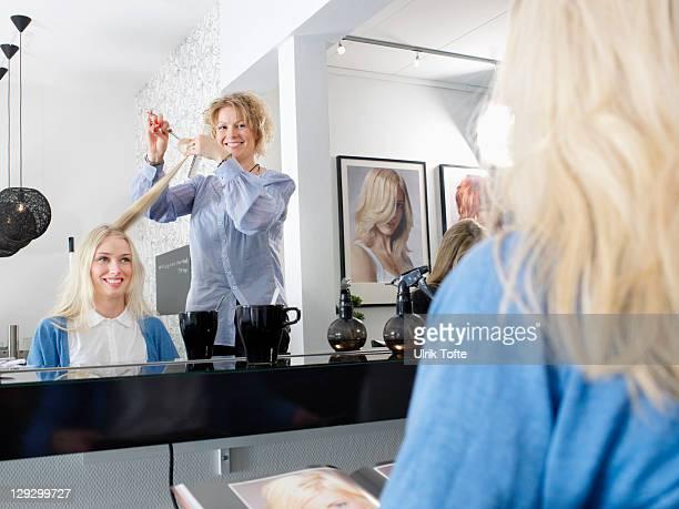 hairdresser cutting womanãs hair - haare schneiden stock-fotos und bilder