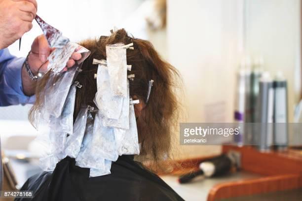 Friseur Färben von Haaren von ihrem Kunden