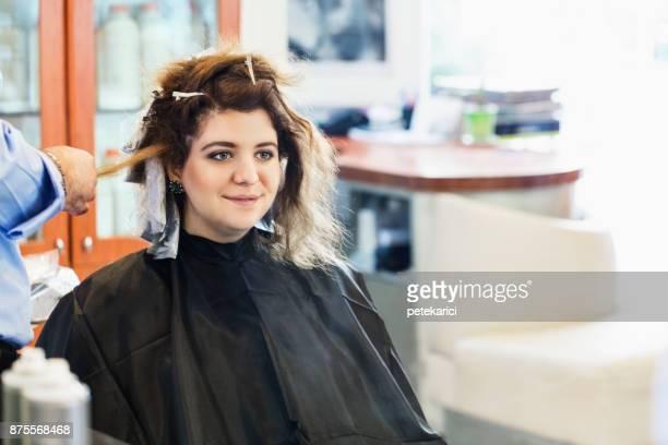 Friseur mit Haarbürste und Haartrockner