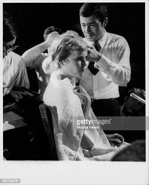 Hairdresser Vidal Sassoon cutting the hair of actress Mia Farrow for her role in the movie 'Rosemary's Baby' circa 1968