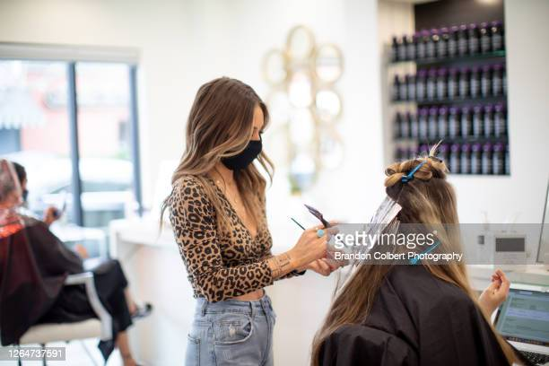 hairsalon during covid - hair stylist foto e immagini stock