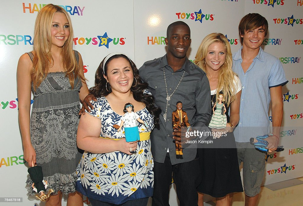 """Cast Members Of """"Hairspray"""" Introduce Doll Line At Toys """"R"""" Us : Nachrichtenfoto"""