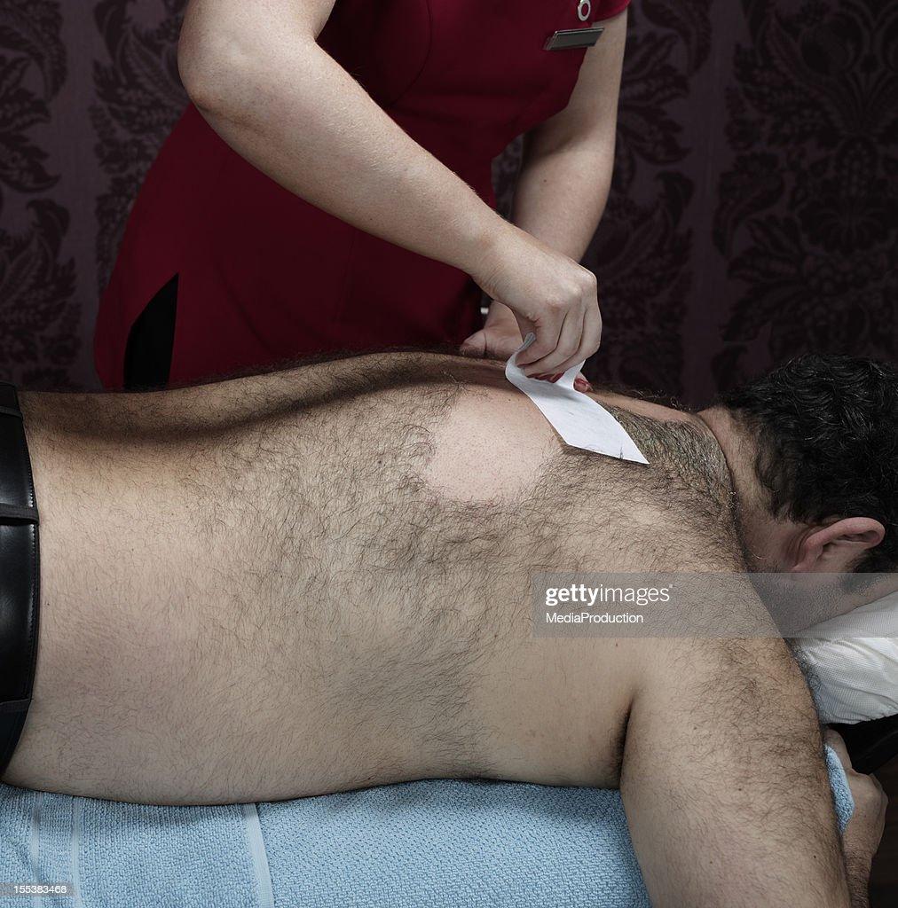 Peludo macho back de tratamiento con cera : Foto de stock