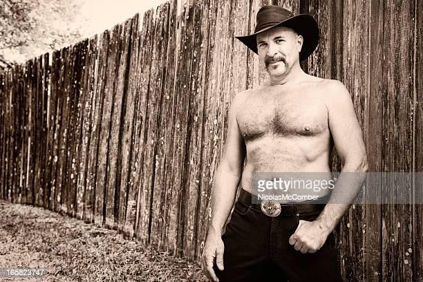 peludo sin camisa maduro cowboy sepia retrato en blanco y negro - hombre peludo fotografías e imágenes de stock