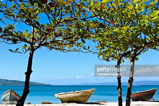 haiti, nord-ouest, anse á foleur, fishing boats. - haiti stock pictures, royalty-free photos & images