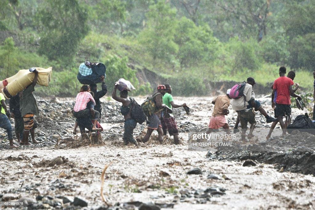 TOPSHOT-HAITI-WEATHER-HURRICANE MATTHEW : News Photo