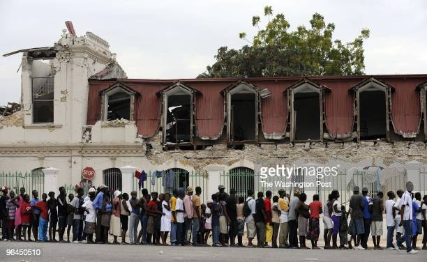 Haitians line up for food in downtown on January 25 2010 in PortauPrince Haiti They had to disperse after people in the front of line broke through...