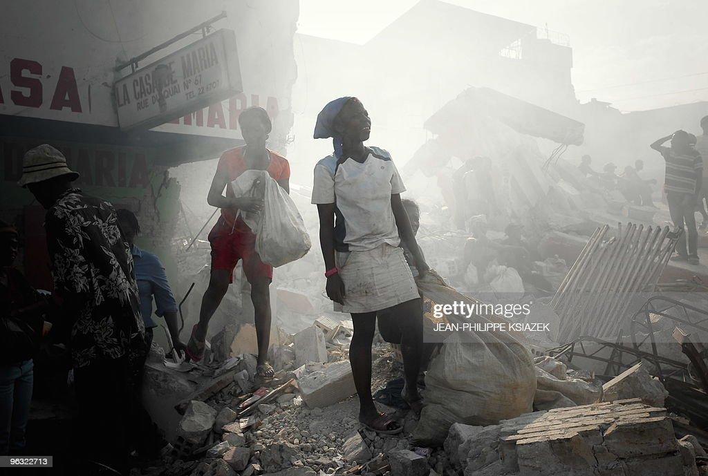 Haitians walk through the smoke of burni : News Photo