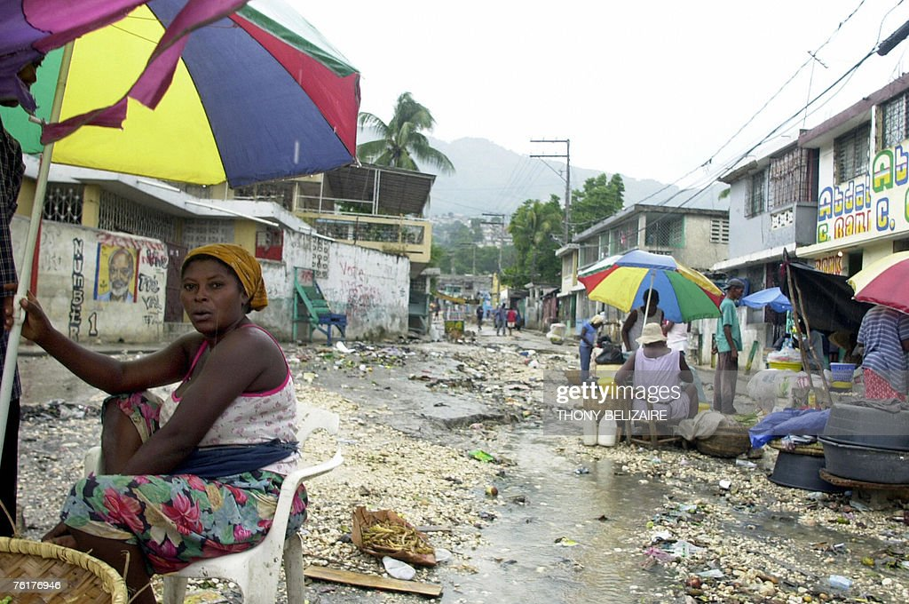 Haitians wending food on a street wait f : News Photo