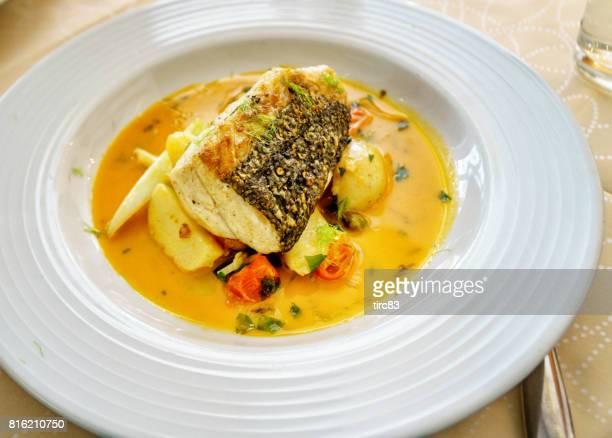 merluza y verduras en salsa picante - merluza fotografías e imágenes de stock
