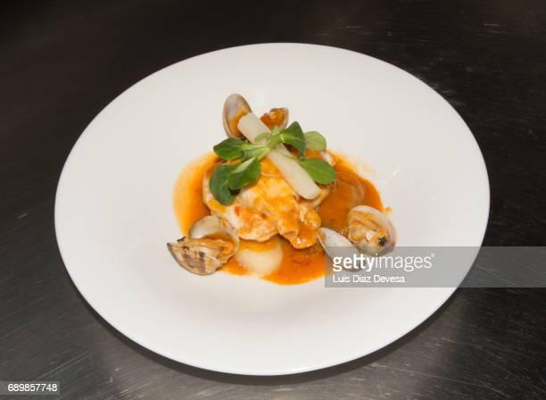 hake with clams and asparagus - merluza fotografías e imágenes de stock