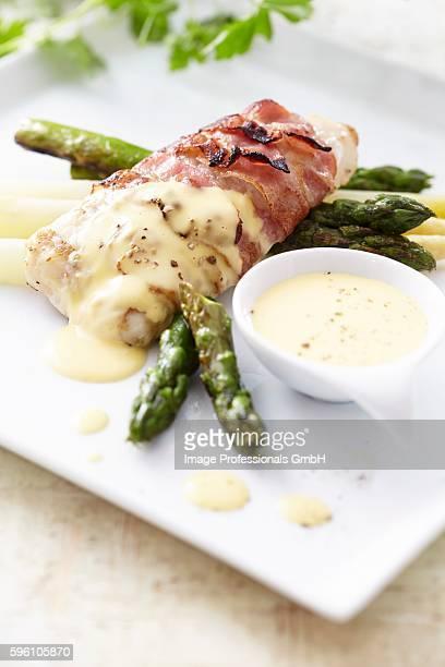 hake wrapped in bacon with asparagus and hollandaise sauce - merluza fotografías e imágenes de stock