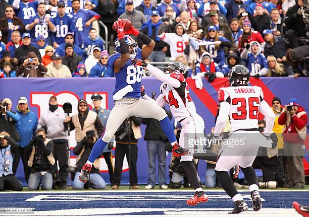 Hakeem Nicks of the New York Giants scores a 4-yard touchdown reception in the second quarter against Dominique Franks of the Atlanta Falcons during...