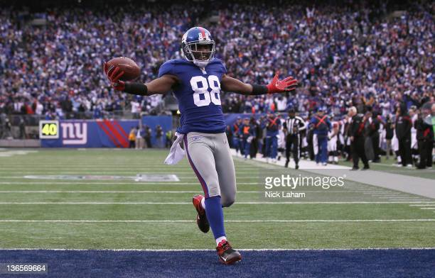 Hakeem Nicks of the New York Giants scores on a 72-yard touchdown reception in the third quarter against the Atlanta Falcons during their NFC Wild...