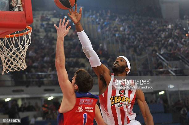 Hakim Warrick #21 of Olympiacos Piraeus in action during the 20152016 Turkish Airlines Euroleague Basketball Top 16 Round 14 game between Olympiacos...